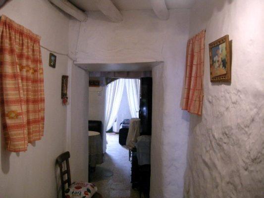 Casa encalada con gruesos muros de piedra