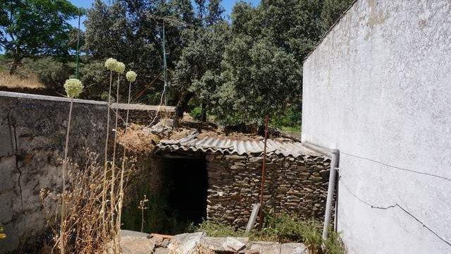 Casa rústica en la sierra con corral