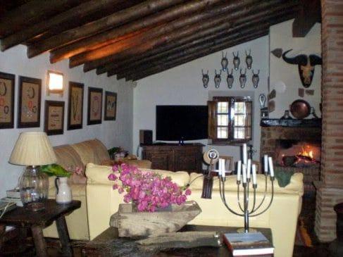 Cortijo típico de Extremadura con salón rústico
