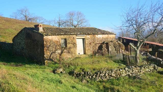 Finca rústica en la Sierra de Aracena con antigua casa de campo