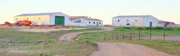 Finca con instalaciones agrícolas y ganaderas