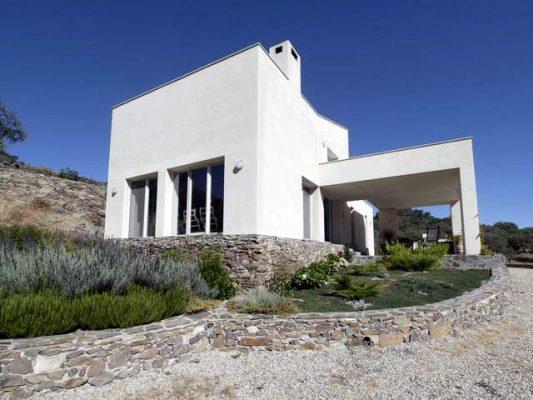Casa de campo con arquitectura moderna en la sierra de Tentudía
