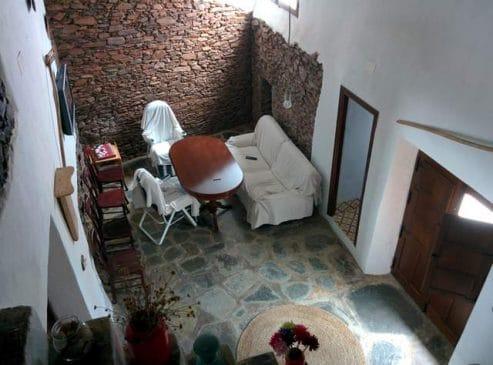 Casa rústica de pueblo con muros de piedra