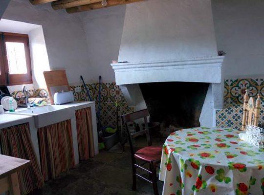 Cocina rústica con vistas al jardín