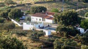 Finca rústica de encinas con cortijo y piscina en Extremadura