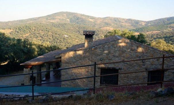 Pequeña finca rústica en Extremadura con casa de nueva construcción