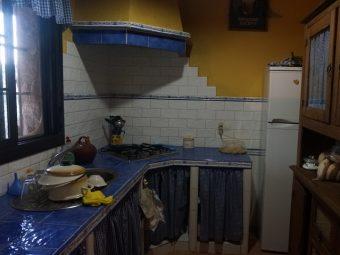 Cocina rústica de la casa de campo situada en el sur de extremadura