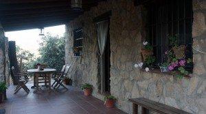 Casa rústica de piedra con porche delantero
