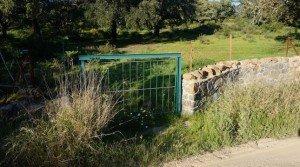 Finca cercada con paredes de piedra