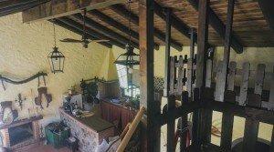 Vista desde el altillo al salón con chimenea y cocina americana