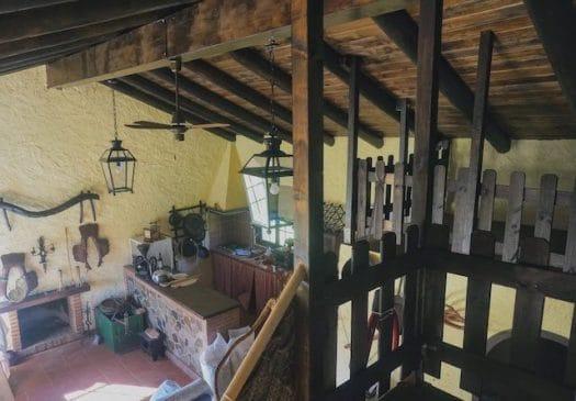 Casa con salón rústico y cocina americana