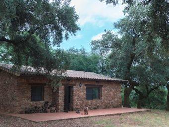 Casa de campo rodeada de encinas y alcornoques centenarios