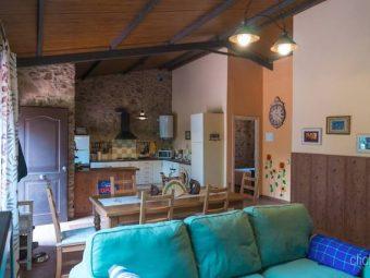 Salón y cocina de estilo rústico
