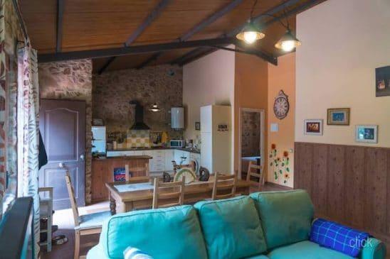 Casa de campo con salón de estilo rústico