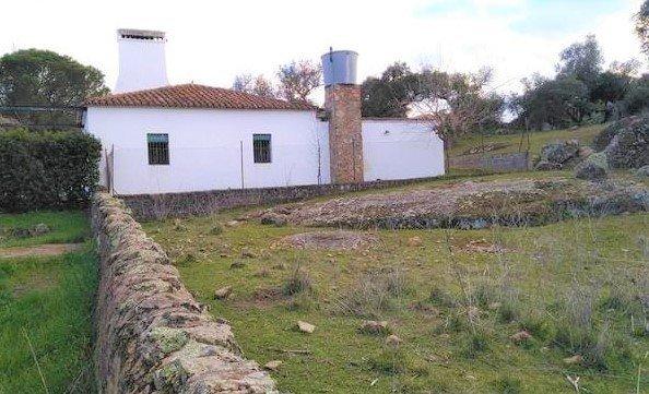 Terreno de encinas con huerta y casa de campo cerca de Badajoz
