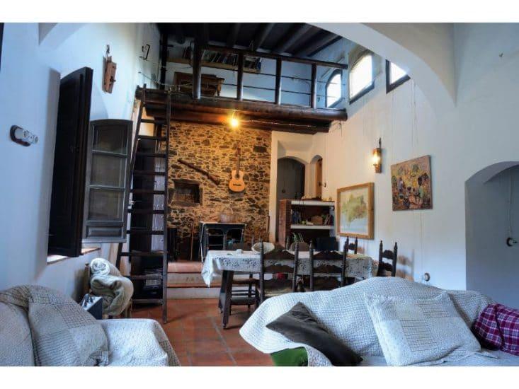 Imagen del salón y el altillo tomada desde la cocina