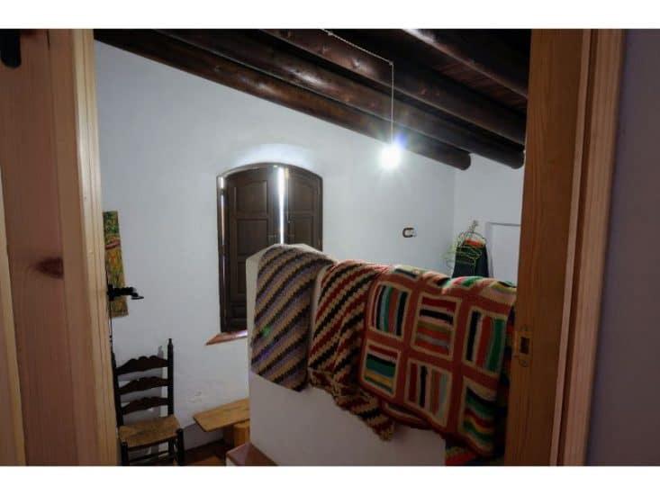 Dormitorio pequeño con vistas al campo