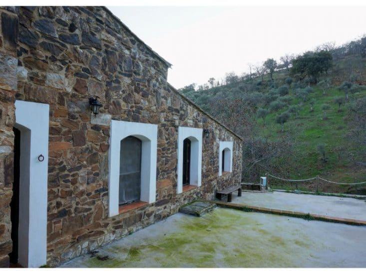 Muros de piedra y ventanas en blanco