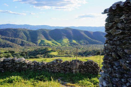 Cabaña de piedra con vistas a la sierra de Aracena