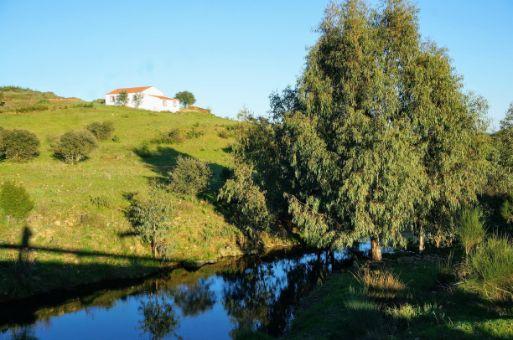 Casa en la ladera con vistas al río Jola