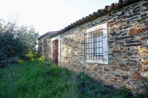 Terreno con casa de piedra natural